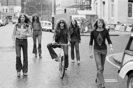 British rock band Mott the Hoople, London, 5th August 1971. Left to right: guitarist Mick Ralphs, bassist Pete Overend Watts, singer Ian Hunter, drummer Dale Griffin and keyboard player Verden Allen. (Photo by Michael Putland/Getty Images)